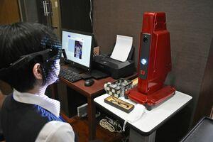 目や耳の位置、頰の高さなど87カ所を計測する専用スキャナー「アイメーター」(右奥)=佐賀市のメガネのヨネザワ佐賀本店
