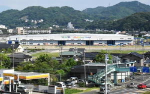 県有地を購入し、新設した「ポラテック西日本」の佐賀工場(奥)=唐津市佐志浜町