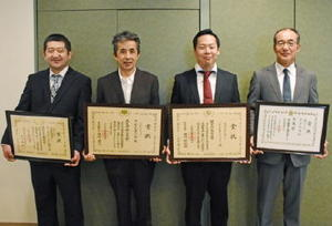 受賞を喜ぶさかえ菓子舗の内田剛さん(左から2人目)ら県内の菓子店関係者