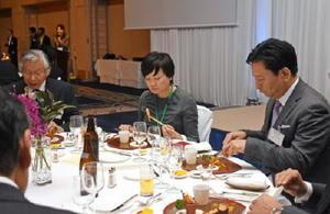 佐賀ゆかりの有名料理人が規格外の農産品を使って競作したメニューを味わう安倍昭恵首相夫人(右から2人目)と山口祥義知事=佐賀市のホテルニューオータニ佐賀