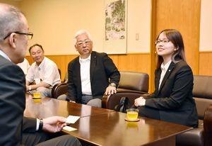 江里口秀次・小城市長(左)を訪ね、大学生活などについて日本語で話をする馬禎珠さん(右)=小城市役所