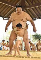 大きな体で子どもを土俵際に追い込む関脇御嶽海=小城市の芦刈観瀾校相撲場