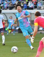 鳥栖-横浜FC 後半、相手ゴール前に迫る鳥栖FW豊田陽平。J1通算300試合出場を果たした