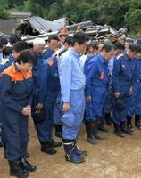 九州北部の豪雨で被害を受けた福岡県朝倉市の杷木地区で、犠牲者を悼み黙とうする安倍首相(中央)。左端は高市総務相=12日午後(代表撮影)
