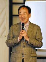 セミナーで、菅新政権の特徴や今後の展望を講演する龍崎孝さん=武雄市の武雄温泉森のリゾートホテル