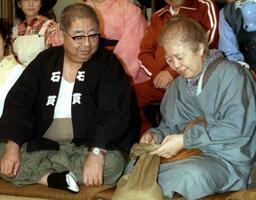 TBSドラマ「寺内貫太郎一家'98秋」制作発表に出席した樹木希林さん(右)と小林亜星さん=1998年9月、東京都内