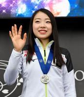 フリーの上位3選手へのメダル授与式で、集まったファンに笑顔で手を振る紀平梨花=23日、さいたまスーパーアリーナ