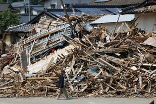 豪雨1カ月、熊本がれき撤去難航