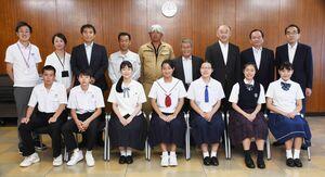 子ども交流事業と日本庭園修復訪問団の一行ら=鳥栖市役所