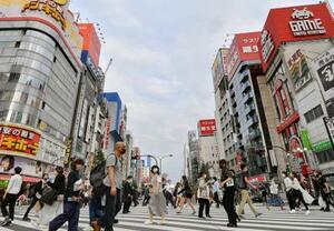 東京・新宿を行き交うマスク姿の人たち=11日午後