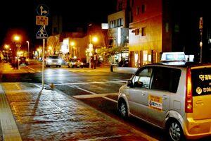 営業時間の短縮要請で飲食店以外の業界にも影響が広がり、運転代行の車やタクシーが少なくなった街中=佐賀市白山