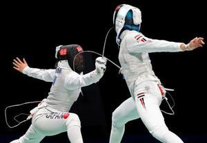 女子フルーレ個人2回戦 エジプト選手(右)から最後のポイントを奪う上野優佳=幕張メッセ