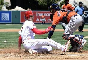 アストロズ戦の2回、キンズラーの二塁打で一塁から生還するエンゼルス・大谷=アナハイム(共同)