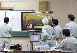 大雨特別警報が発令され、対策を練る神埼市の災害対策本部。初の特別警報に市町の担当者には戸惑いもみられた=6日午後5時12分、神埼市役所