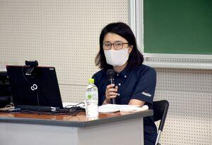 学生に事件当時の状況などを伝えた宮元篤紀さん=佐賀市の佐賀大本庄キャンパス