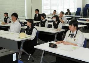 ビジネスプラン策定のポイントなどを学ぶ参加者たち=佐賀市のマイクロソフトイノベーションセンター佐賀