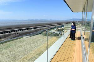 展望フロアからは広大な干潟の風景を楽しめる=佐賀市東与賀町の東よか干潟ビジターセンター