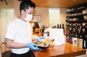テイクアウト商品を準備する吉岡さん=東京・六本木の「大吉日和」