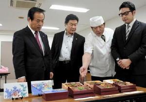 味に自信の弁当が完成し、塚部芳和市長(左)に説明する参加3店の関係者=伊万里商工会館