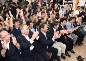 福岡資麿氏の当選確実の一報が入り、喜びに沸く自民党県連幹部や国会議員、公明県本部代表ら。自主投票とした農政協幹部の姿は見られなかった=10日午後8時、佐賀市多布施の事務所