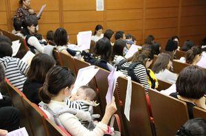 東京都港区が開いた保育所入園説明会。子連れで参加した母親らで満席となった=8日