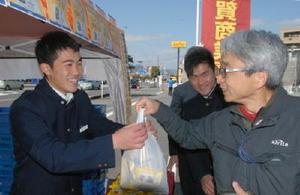 店前にブースを設け、シフォンケーキを販売する佐賀商高の生徒ら