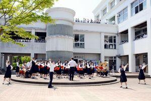 生徒たちが取り囲む中で開かれた佐賀商高吹奏楽部のガーデンコンサート=佐賀市の同校中庭