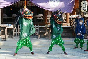 境内で奉納された「神田カブカブ獅子」の獅子舞奉納=唐津神社