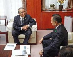 笑顔で山本農相と会談する長崎県の中村法道知事(左)=東京・霞が関の農林水産省