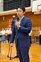 山下雄平候補の応援演説をする小泉進次郎氏=佐賀市大和町の高志館高体育館
