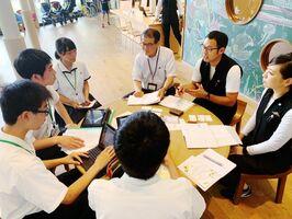 イベントの詳細について話し合う生徒たち(提供)
