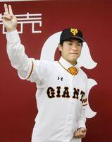 楽天からトレードで移籍し、入団会見でポーズをとる巨人・古川=8日、東京・大手町の球団事務所