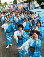 そろいの浴衣姿で踊る参加者たち=佐賀市の中央大通り