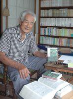 出版された随筆集への思いを語る草市潤さん=2010年7月、佐賀市の自宅