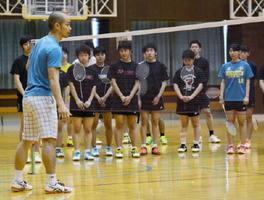 藤本ホセマリさん(左)の指導を熱心に聴く参加者たち=佐賀市の旭学園体育館