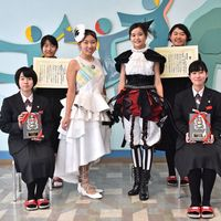 (右下から)碇桃華さん、田代優香さん、田中莉子さん、藤瀬美咲さん、下川留果さん、黒田比奈さん=小城市の牛津高