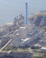 北海道電力が再稼働させると発表した苫東厚真火力発電所1号機(左下)=12日、北海道厚真町(共同通信社機から)