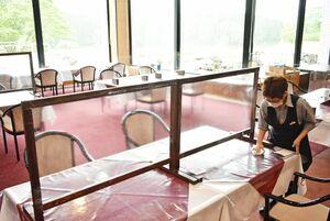 レストランのテーブルに仕切りを設置するなど、感染予防に細心の注意を払っている=唐津市の佐賀ロイヤルゴルフクラブ