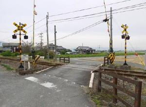 脱輪した乗用車と列車が衝突した踏切。幅は狭く、踏切を中心にして道路がややS字カーブになっている=小城市三日月町樋口