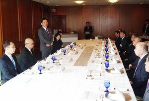 市長会との懇談会で長崎ルートの整備に関して考えを述べた山口祥義知事(左)=佐賀市のホテルニューオータニ佐賀