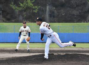 ロッテ、中日、巨人で投手として活躍した前田幸長さん(右)、左は桑田真澄さん=伊万里市の国見台野球場