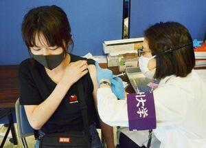 西九州大で始まった学生や教職員らを対象にした新型コロナウイルスのワクチン接種=佐賀市神園の佐賀キャンパス