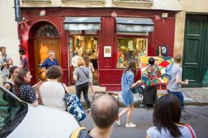 ギャラリーの軒先ではライブペイントも行い、通行人らの注目を集めた