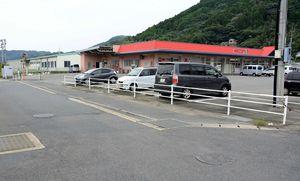 新しくバス停を整備する「まいづるナイン玄海店」北側の町道。中央線を引き、バス停車専用レーンを設ける=東松浦郡玄海町