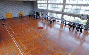 講師が指導しながら、参加者がドローンを飛行させた=佐賀市富士町の旧富士小学校(ファントム4で撮影)