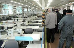 施設内の縫製工場を見学する参加者=鳥栖市の麓刑務所