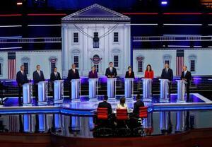 26日、米フロリダ州マイアミで開かれた民主党の米大統領選候補者討論会(ロイター=共同)