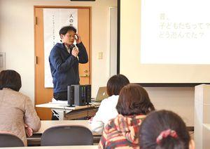 「人の気持ちをあたためる場づくりとは」をテーマに講座を開いた西川正さん=吉野ヶ里町の東脊振健康福祉センター「きらら館」