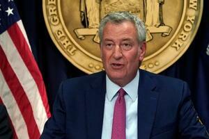 米ニューヨークでの会合で話すデブラシオ市長=3日(AP=共同)