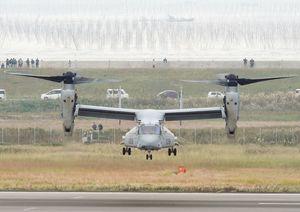 試験飛行する在沖縄米軍のオスプレイ。今後の重要課題の判断が注目される=2016年11月8日、佐賀市川副町